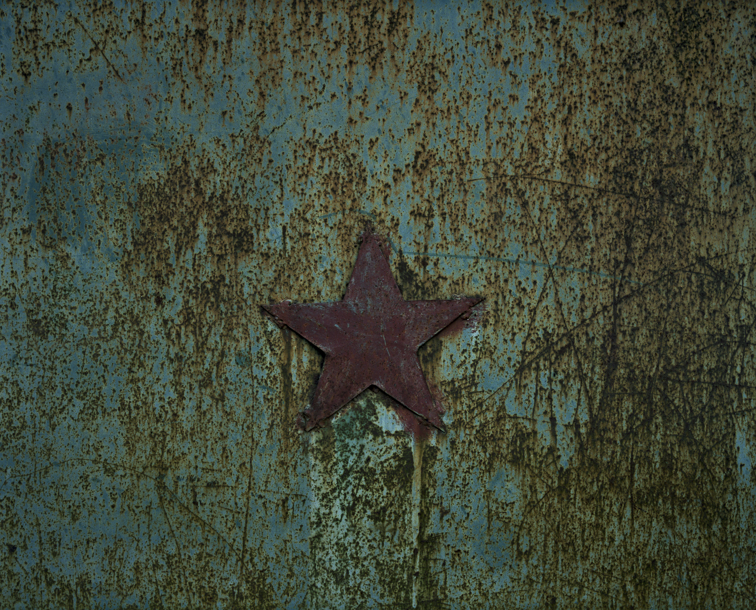 Red star on the gate.